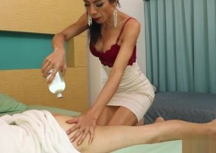 T-girl Massagist Vicky Tempts Her Client